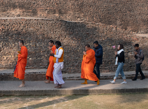 Vandring runt platsen där Buddha gick in i Parinirvana, Kushinagar, BIhar, Indien.