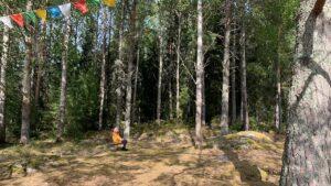 Trudy Fredriksson vid den nya askgravlunden, vid Stupan utanför Fellingsbro. Foto: Helena Malmgren/Sveriges Radio.