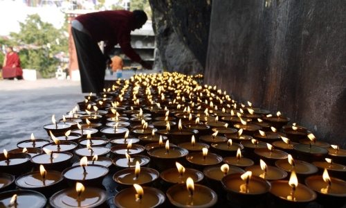 Ljus vid Buddhas grotta, Mahakala Cave, Bihar, Indien.